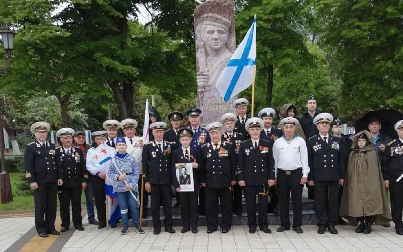 Армавирские ветераны-моряки отремонтировали памятник в сквере с Вечным огнем